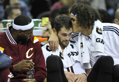 Varejao thanks Love for giving him his spot on the '15-16 Cavs with a kiss.